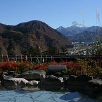 *【季節の露天風呂/紅葉】秋の雄大な景色が広がります。