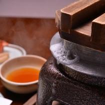 *【お夕食例/釜炊きコシヒカリ】机の上で炊いているところを見るのも楽しみのひとつです。