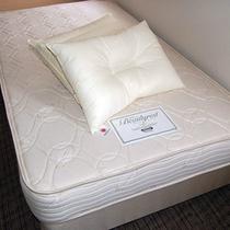 シモンズベッド&羽毛枕とダクロン綿枕のダブルピロー