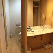 ミドルツインの洗面台と独立したトイレです。