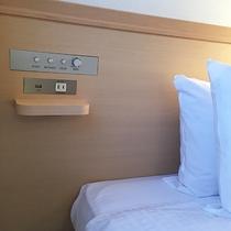 ベッドにUSBと充電用コンセントを全室に設置