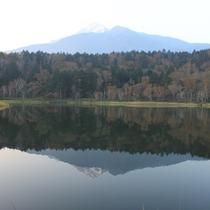 【秋の利尻】早朝・姫沼に写る利尻富士