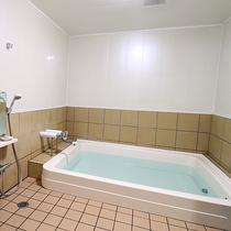 *【風呂】バスタブは3~4人が入れるほどのスペースがあり、ゆったりとしております。