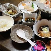 *【夕食(一例)】その時期に旬な海の幸を中心とした家庭料理をお召し上がりください。
