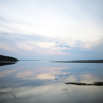 *宿周辺/コテージのすぐ目の前には風蓮湖があるという、絶景のロケーション!