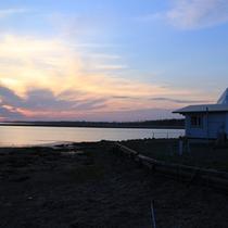 *ロッジ外観/風蓮湖面を彩る美しい夕焼け。ご宿泊者様の特権です。