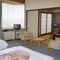 ベットのお部屋と和室を備えた和洋室 海から昇る朝日をご覧いただけます♪