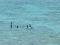 海で遊ぶ家族