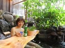 寝湯露天風呂 テーブルでお酒はいかがですか