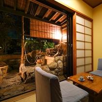 檜の露天付き客室 夜