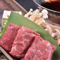 【和泉荘名物・国産牛のすき鍋】料理長特製の甘辛ダレと絡み合って濃厚なおいしさ。  2016秋