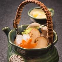 <松茸土瓶蒸し>松茸の芳醇な香りを味わって下さいませ。  2016秋