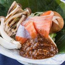 地元産サーモンを野趣あふれる朴葉焼きで。
