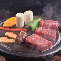 <国産牛と松茸の温石焼き>松茸の食感と香り、ジュワ~っと弾ける肉汁と、と香りが絶品。 2016秋