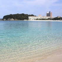 砂浜と透明な青い海が目の前です