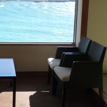 【ロイヤルフロア和室眺望例】広縁スペースから碧く輝く海が広がります