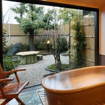 ●客室の露天風呂 メゾネットタイプ「水仙(202号室)」庭園を望む
