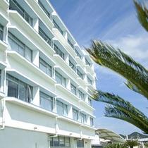 気分は南国♪青い空と広い海に囲まれたホテルです。