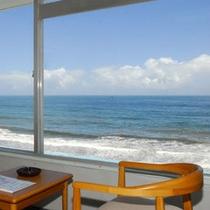 窓の目の前はひろ〜い海♪天気の良い日は部屋から綺麗な海が見られます!