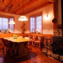 優しい雰囲気、ベージュ系の新館ロビー