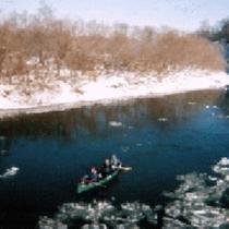 *カヌー(冬)/氷雪の釧路湿原を静かに流れる釧路川。白銀の世界でのカヌーはおすすめです。