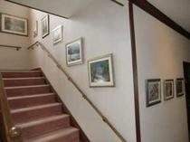 押し花の絵館内展示中階段