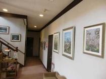 押し花の絵館内展示中廊下