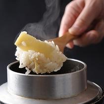 お一人づつお茶碗1杯分。炊き立て!季節の釜めしをどうぞ!白いご飯もご用意しています。