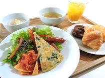 季節野菜中心の朝食プレート。『地産地消』がテーマ。パンとご飯はブッフェ形式で。