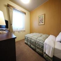 【シングルルーム】120センチ幅ワイドベッドに充実の機能。