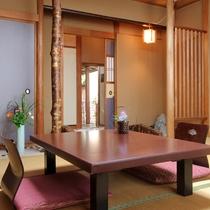 【客室例/嵐山の間】京都嵐山にかかる渡月橋などをイメージさせる造りとなっております。