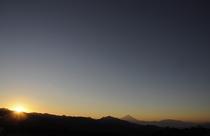 山並みを赤く染める朝日は必見です
