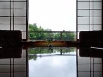 12.5畳もある広い和室清流亭 窓からは渓谷一望