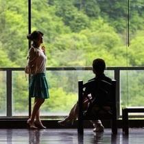 館内でもカップルがデート出来る場所が多くある。渓谷を臨みながらの雰囲気はロマンチック