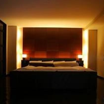 スイートルーム蓼科倶楽部ベッド。雰囲気抜群の大人の空間