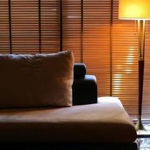 スイートルーム蓼科倶楽部のワンカット。蓼科のresortの別荘を表現した機能的なお部屋