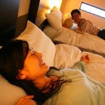ふたりで過ごすスイートルーム蓼科倶楽部。広めのベッドは高反発のイタリア製の高級マット。寝心地も抜群。