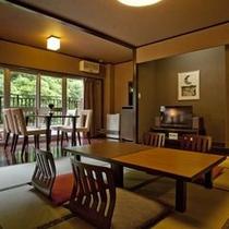 山月亭一般客室全景 渓流沿いのお洒落な和室