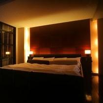 スイートルーム蓼科倶楽部ベッド&バスルーム。雰囲気抜群の大人の空間