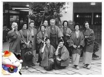 【昭和40年頃の湯元ホテル玄関での集合写真】