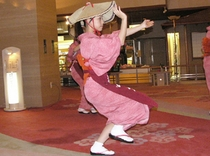 毎晩21時からロビーお祭り広場にて地元の踊りを披露!是非ご覧ください
