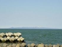 標津沖より国後島を望む