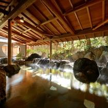 湯量豊富な大浴場【月宮殿・露天岩風呂】には、ハートのマークに心も癒されます。