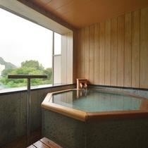 八角形の半露天風呂が特徴の【半露天風呂付客室・武蔵野】