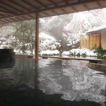 湯量豊富な薬師の湯『水心鏡』 雪景色を眺めながらの露天風呂