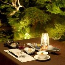 ダイニングレストラン『岩清水』ライトアップされた日本庭園を眺めながら楽しいひと時を。
