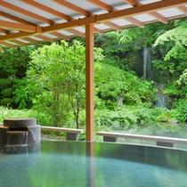 日本庭園を眺め、静かに流れる滝の音を聞きながらお寛ぎ頂ける【水心鏡・満月風呂】
