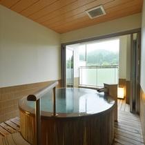 丸い浴槽が特徴の貸切温泉家族風呂【桜鏡】