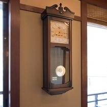 創業以来、かしわやの時を刻み続ける古時計