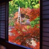 【秋】露天風呂付き貴賓室「竹や舞の間」からの眺め。